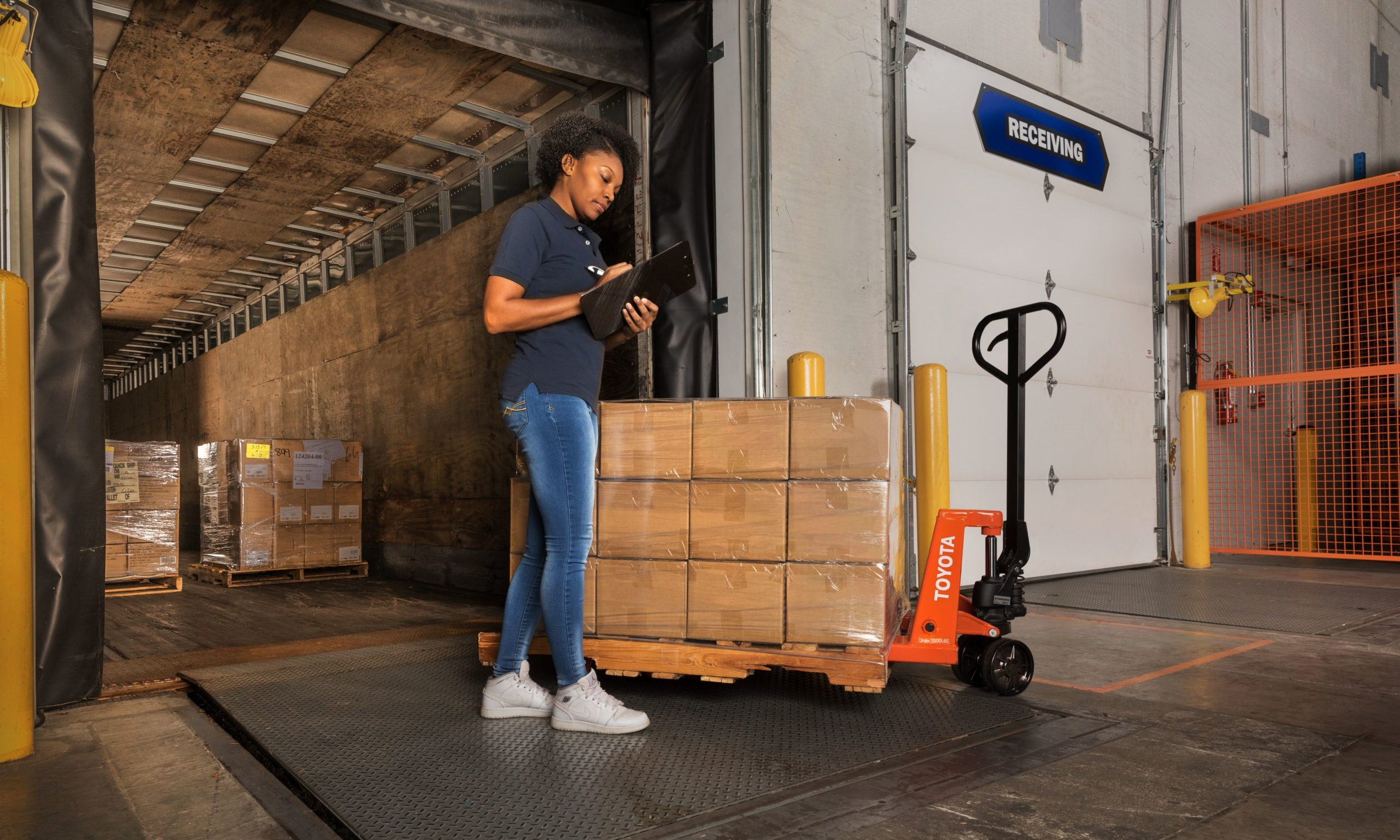 Warehouse Loading Dock: 4 Best Practices to Optimize Efficiency & Safety